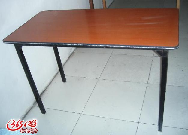 黑色长条沙发,单人沙发(白色,黑色),三人沙发,玻璃茶几,木质茶几,钛