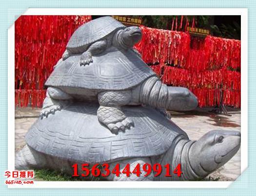 原始的艺术家还把他们的技艺广泛应用于实用器具加工的领域,制作石杵、石臼、研磨盘以及各种石农具,同时还用于雕琢石室类型的墓冢和石椁。尤其是后者的出现,在中国古代石雕建筑艺术史上具有十分重要的地位。发现于辽宁海城的新石器时代晚期石棚,就是其中的代表作。