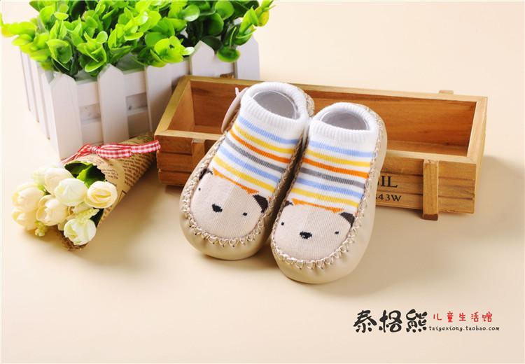 于地板袜的做工这里还是要介绍下的,地板袜比普通的袜子多了一个手工